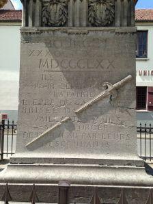 Stèle épée brisée