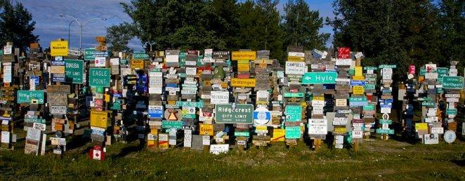 500242-foret-panneaux-signalisation-watson-lake