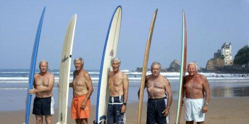 Les Tontons surfeurs posent sur la plage de la Côte des Basques- 27 juillet 2007- Biarritz. © JEAN-PIERRE MULLER AFP